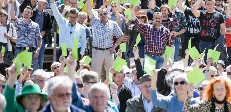 Männer rund doppelt so häufig an Gemeindeversammlungen